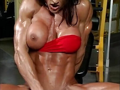 Thick BBWess cleaning her gym face
